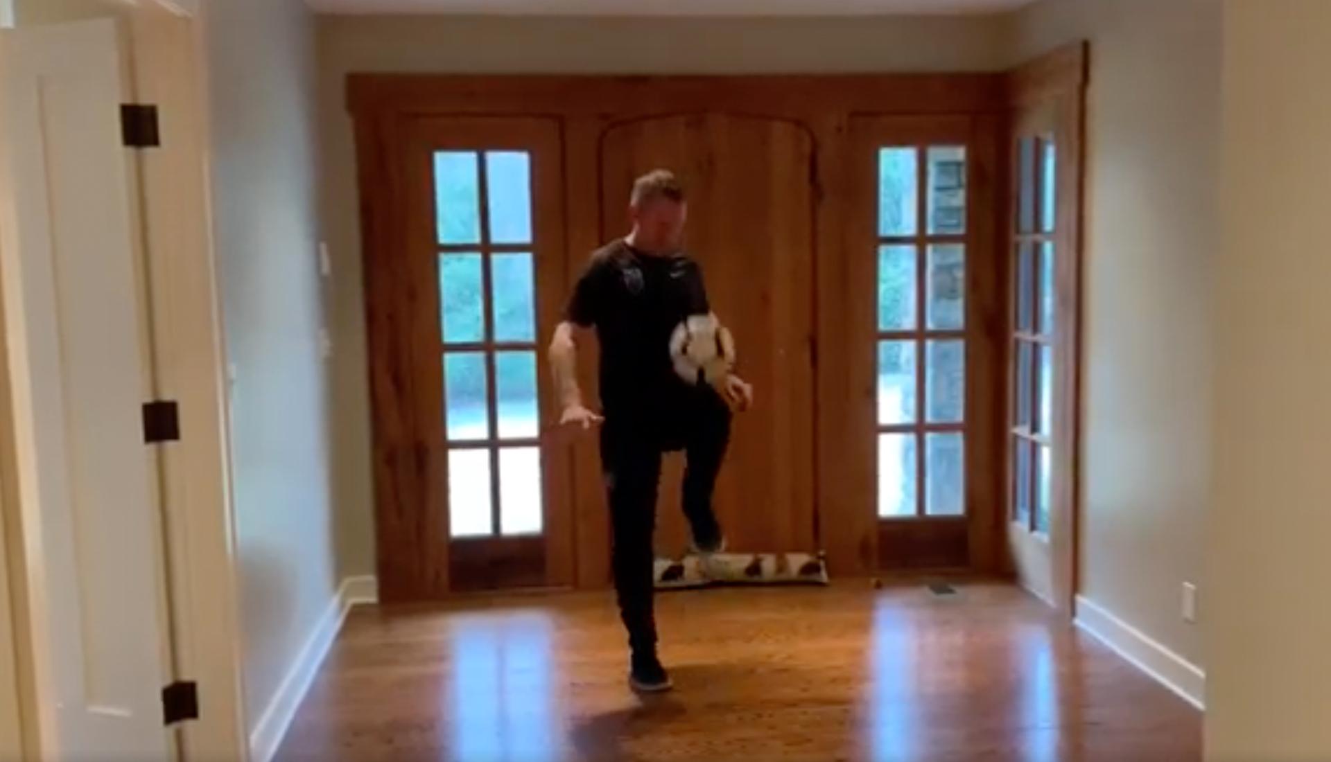 John-Curtis-practics-his-TopTekkers-thigh-keepie-ups